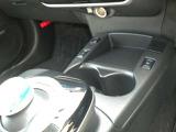 ボタン式のオートエアコンです。平面なのでお掃除のふき取りもしやすいですよ。操作感もサクサクで気持ちよく設定できます。