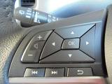 オーディオの切り替えやボリュームの調節はハンドルにあるステアリングスイッチで操作出来るので安全ですよ!