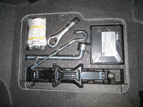 ジャッキと工具、パンク修理キットとエアーコンプレッサー搭載。