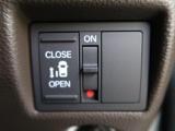 【片側電動スライドドア】 小さなお子様でもボタン一つで楽々乗り降り出来ます♪駐車場で両手に荷物を抱えている時でもボタンを押せば自動で開いてくれますので、ご家族でのお買い物にもとっても便利な人気装備☆
