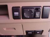 電動格納式ミラー:ボタン一つで、ミラーの開閉が出来ます。すれ違いの時や、パーキングの時にこすりにくくなりますよ!!