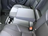 格納式のリア・アームレストと、リアシート中央前部のクッションに内蔵されたカップホルダーは、長距離ドライブにはとくに役立ちます。カップホルダーは、使用しないときにはシートクッションに格納しておけます。
