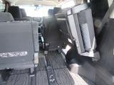 サードシートは使われないときは跳ね上げ可能でトランクが広くなります☆