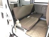 後部座席のシートは足元ゆったりとしており、大人二人座っても快適です。