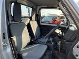 機能的に配置されたヘッドレスト!大きい窓が広報視界を確保!積荷の状態をチェックできます!