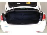 広くて使いやすいトランクルームは、フラットなデッキ面に9.5インチゴルフバッグを4個収納できます。