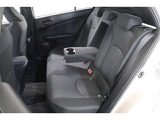 後部座席も座り心地が良く、ドリンクホルダー付きのセンターアームレストは2人が肘を置いても十分な大きさです。適度なパーソナルスペースも確保できて快適ですよ。