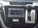 運転席、助手席それぞれで温度設定ができます☆また、運転席から、後方のエアコンの調整もできます☆