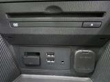 車内オーディオはDVD再生にも対応します。