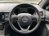 【ハンドル】革巻きステアリングホイールを採用しており高級感が御座います。また操舵性の向上により、より快適なドライブをお楽しみ頂けます。