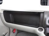 充実の小物入れですね。 ついつい、車内に貯めがちの物も小物入れがあれば綺麗に収納できますね。 詰め過ぎには注意してくださいね。