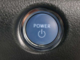 スマートキーが装備されています。ドアの開閉もキーを出さずに操作が可能なので、とても便利な機能です。キーを挿さなくてもエンジンをかけることが出来ます♪