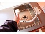 シャワーホースを伸ばして外で手や足を洗う事もできます☆