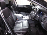 レザーシートです☆ 運転席も広々でゆったりとした気分で運転できます☆