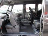運転席と助手席はロングスライドシート。左のスライドドアから乗り込んで運転席に座ることもできます。