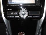 温度設定のみで、室内温度や送風口も自動調整のフルオートエアコンです。ボタンが大きく操作しやすいのが特長です。