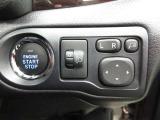 スマートなプッシュスタートボタンと電動格納リモコンドアミラーの調節スイッチです。