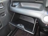 ダッシュボードには、十分な容量の収納BOXがあり、いつもすっきりとした車内、ほしい場所にちょうど良い収納を備えてます。色々しまえて便利ですよ!