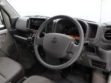 落ち着いた色調の内装です。視界が良く運転しやすいドライビングポジションです。