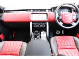 サントリーニ・ブラックのエクステリアにインテリアはエボニー/ピメントのカラーコンビネーション。エンジン・スタート・ストップボタンやパドルシフト、ドライブセレクター等専用の装飾が施されています。