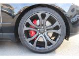 22インチダークグレー/グロスブラックホイール(214,000) ブレーキはレンジローバー初のブレンボレッドキャリパーを採用。