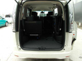 サードシートは跳ね上げできるので、大きい荷物もたくさん積めます。