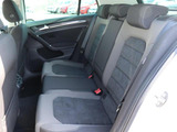 後部座席は3人がけのシートになっております!大人の方が乗っても、不自由のない空間になっており、後部座席用のエアコン吹き出し口もございます!