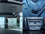 トランクの開閉は、パワーテールゲートになっております。走行モードを切り替える機能が付いております。ヘッドアップディスプレイも付いておりますので目線を動かさずに速度を見ることができます。後部座席にもシー