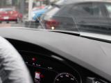 ヘッドアップディスプレイを標準装備。高速走行時に目線を下げずにスピードやACCなどの情報が確認でき、安全性が大幅に向上します。
