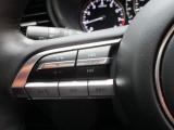 【ステアリングコントロール】運転中でも操作ができるステアリングコントロールボタンも付いています。手元でオーディオ操作も安全でかつ楽々ですね!!