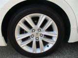 タイヤサイズ215/55/R17のスタイリッシュな純正アルミホイールです。