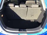 分割可倒式のリアシートを片側だけ倒せば、人も乗れて長尺物など大きな荷物も積み込めますよ。