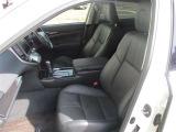 【フロントシート】 スイッチ操作でシートポジションを細かく調整可能なパワーシート。格段に運転時の疲れを和らげてくれます。