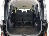 サードシートを左右に跳ね上げると広々とした荷物スペースに☆