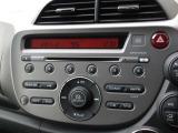 フィットに付いているオーディオはホンダ純正CDチューナーが装着されております。CDプレーヤー・AM/FMチューナー付です。お好みの音楽を聞きながらのドライブは楽しさ倍増ですね!