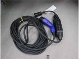 ご自宅で簡単に充電できるプリウスPHV。基本的な充電方法は、専用コンセント(要工事)につなげた充電ケーブルのコネクターを、クルマの充電ポートに挿し込むだけ! ※詳細はスタッフ迄。