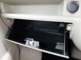 助手席前のグローブボックスは収納力があります!