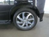 車両のデザインにマッチした純正アルミホイールを装着しています。