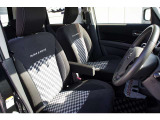 チェック柄がおしゃれ&スポーティーなシート。実は少々硬めでロングドライブでも疲れにくいです。