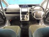 シックな色遣いの運転席周りですね。すっきりしたデザインで上品な色使いです。居心地の良い運転席、リラックスできるデザインがいいですね。