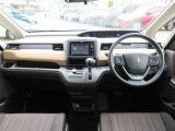 運転席・助手席とも余裕のレッグスペース!シンプルで機能的なレイアウト、前方視界にも充分配慮されております。