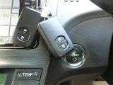 スマ-トキ-を持っていれば、キーを触ることなくドアの開閉操作が出来ますので、雨天や荷物があっても大丈夫!また、エンジン始動はブレーキを踏みながらエンジンスイッチを押すと始動します。便利です♪