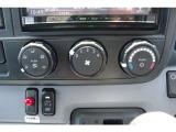 エアコン操作パネルです。操作はマニュアルです。下部にあるスイッチは、パワーゲートのPTOスイッチです。