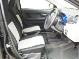 ツートンのデザインの運転席、助手席のシート。