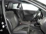 【前席】充分な広さを確保した、快適な前席!特に足元の広さをおわかり頂けますか?インテリアカラーも落ち着いたお色です♪センターアームレストも付いて、リラックスした姿勢で運転していただけます♪