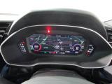 バーチャルコックピットは、スピードメーターなどの計器とともに、オーディオ・電話の操作画面やナビゲーションなどを切り替えて表示します。高精細液晶を用いたAudiの先進装備です。