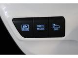 車にOFFのボタンは、車の接近を音で知らせる車両接近通報装置の切り替えボタンです。早朝に出かける時や深夜の帰宅など、静かに走りたい時などはオフできます。(通常は安全のためにオフしないで下さいね)
