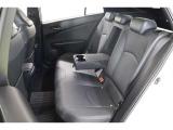 後部座席も座り心地が良く、ドリンクホルダー付きのセンターアームレストは2人が肘を置いても余裕の大きさです。適度なパーソナルスペースも確保できて快適ですよ。