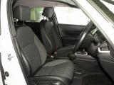 体を包み込むような形状でホールド感のあるフロントシート。しっかりと支えてくれるので長時間の運転を快適にサポートしてくれます。もちろん足元もゆったりしてますのでおくつろぎいただけますよね。
