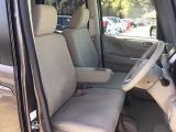 【前席】充分な広さを確保した、快適な前席!インテリアカラーも落ち着いたお色です♪アームレストも付いて、リラックスした姿勢で運転していただけます♪